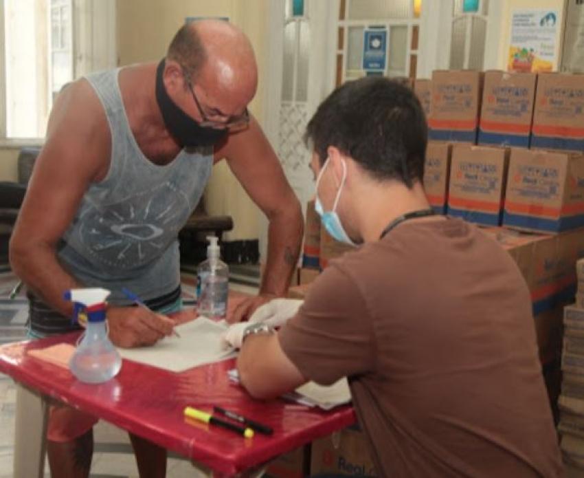 Mil ambulantes de Santos recebem cestas básicas