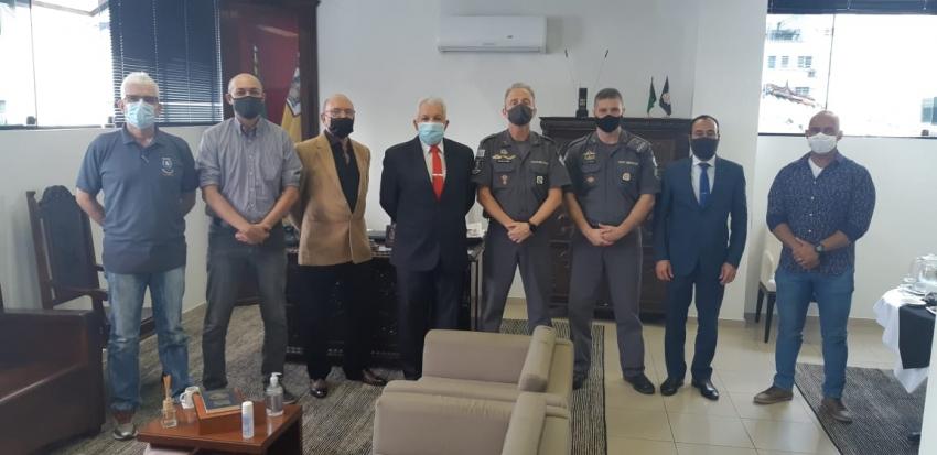 Comandante Ten. Coronel Terra do 6º MPM, recebe presidentes do Conseg de Santos.