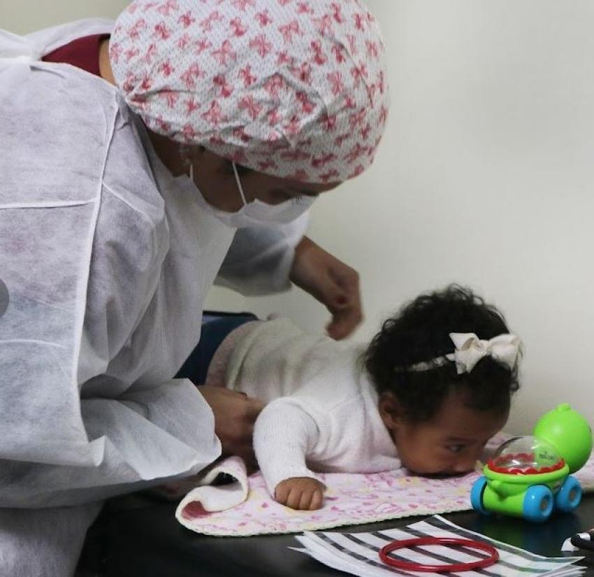 Policlínica em Santos inicia estimulação de bebês prematuros com brinquedos