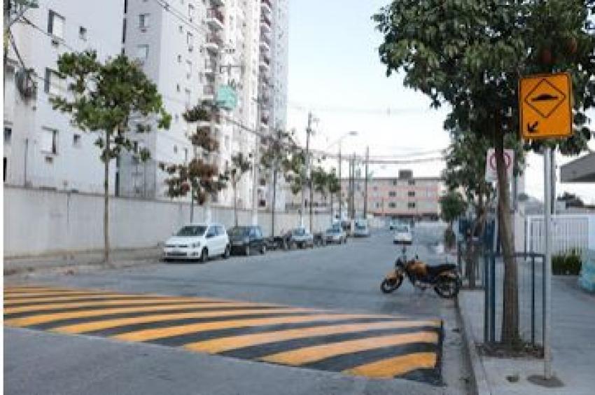 Lombada amplia segurança em rua na Zona Noroeste