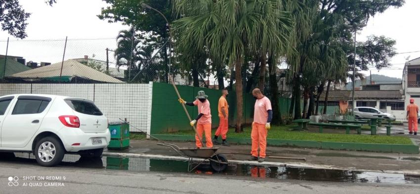 Regional faz limpeza de bueiro próximo a Policlínica.